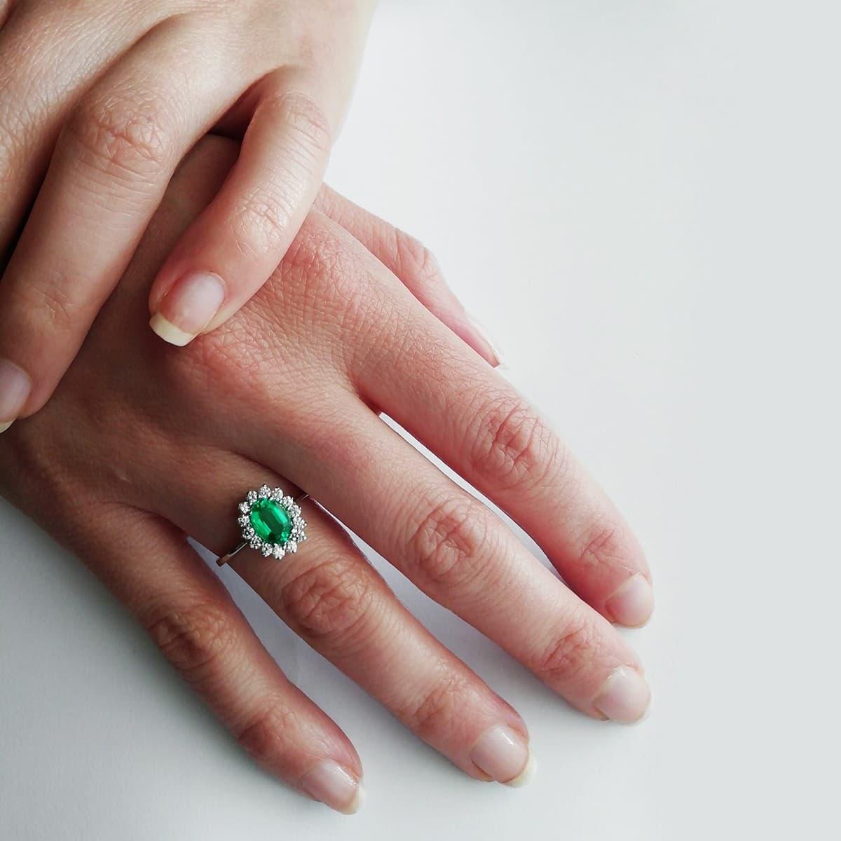 9282fb0748f Anillo Sybil Oro 18K Esmeralda y Diamantes